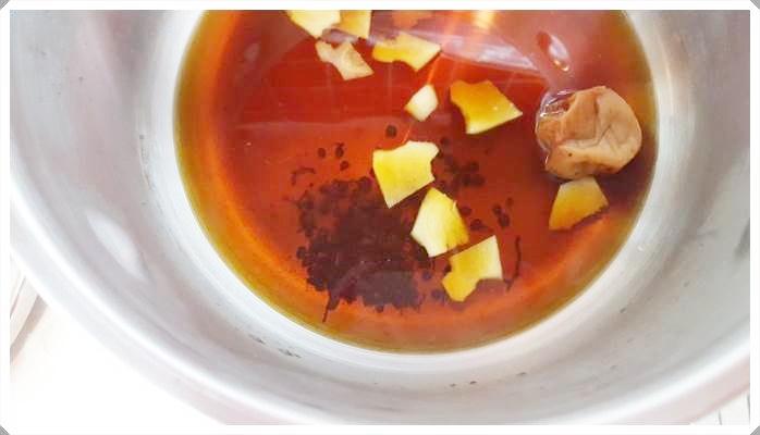 圧力鍋でじっくり煮込むと骨まで柔らかいイワシの梅煮