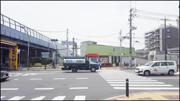 JR吹田駅から阪急吹田駅方面へ歩いていく