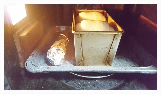 あらかじめ予熱したオーブンにパン型を放り込んで焼いていく
