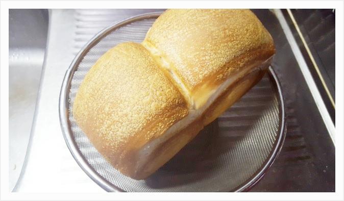 ザルの上に焼きあがったパンを乗せて風通しを良くしておく