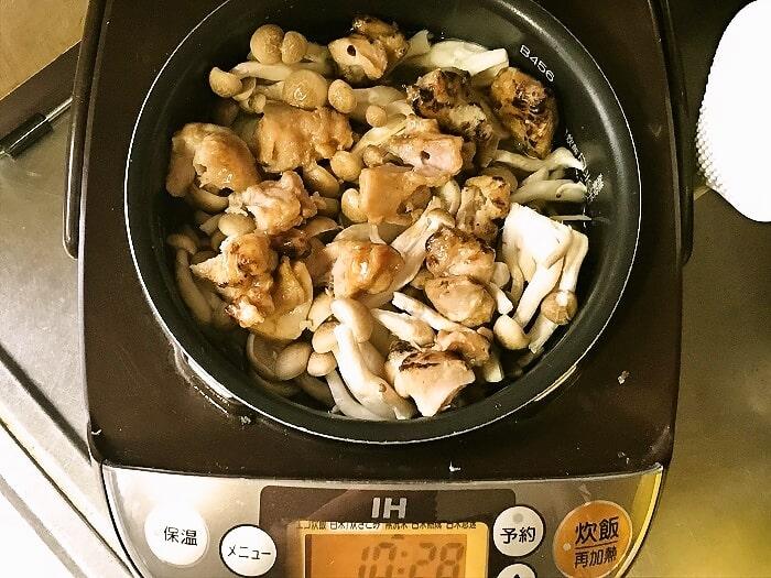 炊飯器にお釜をセットして炊飯を行う