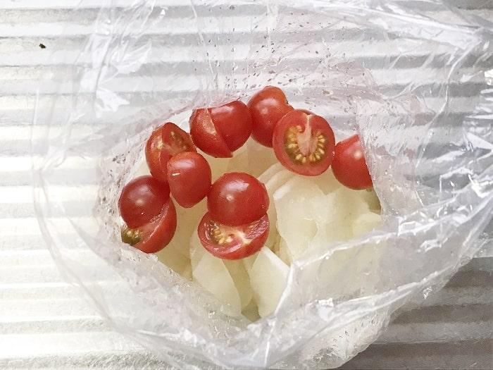 ヤーコンにプチトマトを加える