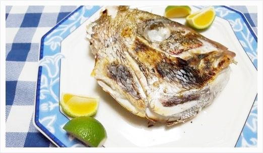 最後にお皿に盛りつけて柑橘類があれば添えて鯛の兜焼きの出来上がり