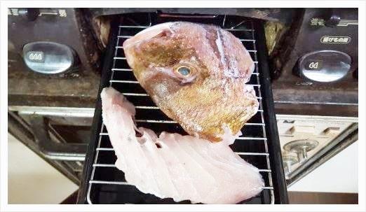 鯛の表面に塩を振りかけて焼いていく